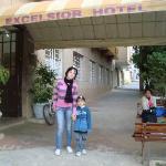 Eu meu filho enfrente a entrada do hotel.