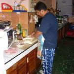 El Chef cocinando.