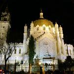 vista nocturna con la iglesia iluminada desde la calle lagasca