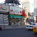 Tienda comestibles cruzando una calle