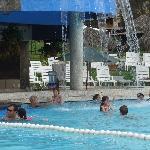 La piscina con tobogan... miren ese bar!