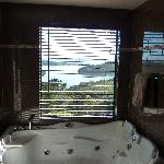 Kings Retreat room  - View from the bath!