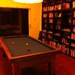 Biljart en bibliotheek.
