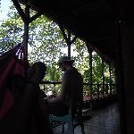 en la planta alta, descansando en la hamaca