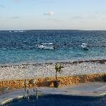 Litt av bassenget, stranden og revet utenfor