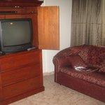 Televisor y sofa para descansar.