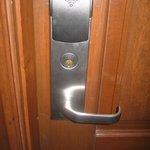 El hotel es moderno: se utiliza la cerradura con tarjetas.