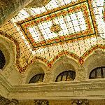 techo de la sala con vidrieras