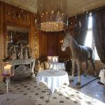 Un cheval dans la salle à manger