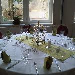 Festlich gedeckter Tisch vor der Feier