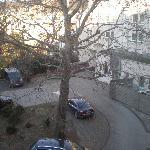 Vista desde la habitación. Parking descubierto