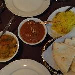 Riz au safran, poulet au beurre, cari de légumes et naan