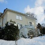 Seitenblick auf die Villa