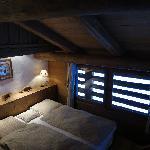 une chambre vue de sa mezzanine