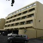 facade de l'hôtel et parking