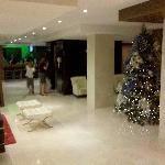 Lobby com bar/restaurante ao fundo