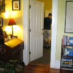 Vue sur l'entrée de la Blah-Blah Room, dans le hall