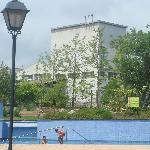 """usine """"en marche"""" le long de la piscine"""