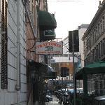 Otelin yan sokagi-termini'ye giden yol