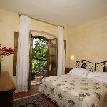 la camera da letto di una suite con terrazzo