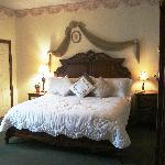 7 guestrooms include 4 deluxe king rooms with fireplaces and luxury baths.