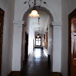 2階廊下/手前は貴賓用、向こうは一般