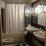Bathroom of Deluxe Triple room facing canal