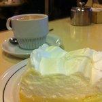 Pie de limon con chocolate caliente