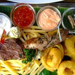 Platte mit den verschiedenen Fleischsorten und Heuschrecken