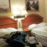 quarto com uma cama de solteiro e outra de casal para os filhos