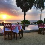 Restaurant près de la piscine au coucher du soleil