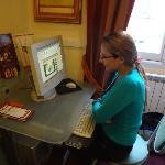 En el ordenador de la recepción