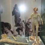 Vitrine, die die Herstellung einer Figur aus Cartapesta erläutert