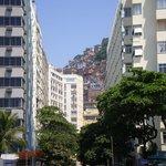 Vista desde la calle hacia la favela