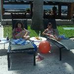 mi hija y sobrina alrededor de la piscina
