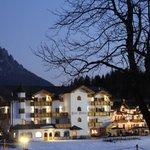 Vista in notturna dell'albergo dal campetto scuola a due passi