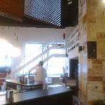 zona de bar y subida al comedor