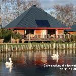 L'un de nos Lodges avec vue sur le plan d'eau des pélicans