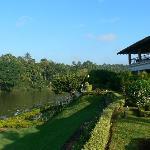 Le jardin, la rivière et le restaurant