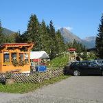 Parkplatz und Gartenlaube