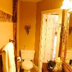 Private ensuite bathroom in Macintosh room