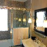 Private ensuite bathroom in Granny Smith room
