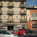 eden hotel vista facciata con maschere 2
