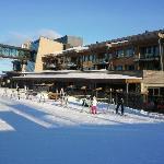"""Hovedbyggningen med """"after ski baren"""" nærmest."""