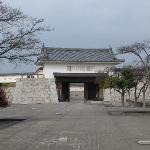 本丸御殿跡から本丸門をみる。