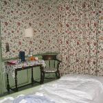 Hotelzimmer mit zugezogenen Vorhängen