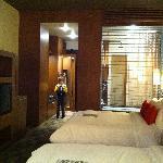 Chambres au plafond haut, teintes chaudes.