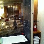 Salle d'eau luxueuse. Détente assurée.