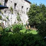 Le jardin et les vieux murs environnants