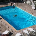 La piscine vue de la chambre.